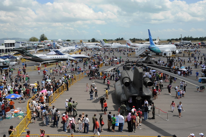 outdoor_static_display_at_singapore_airshow_20101