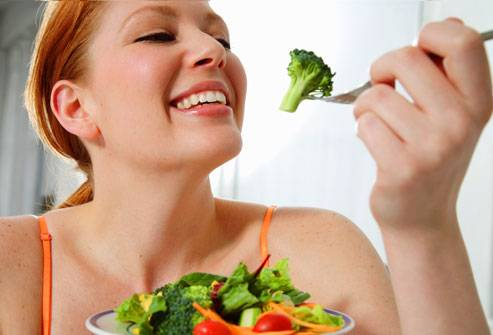 woman_eating_vegetables